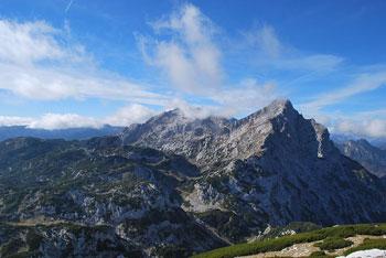 Na Veliki vrh na Dleskovškovi planoti poteka krožna pot preko planine Ravne in Dolga trata.