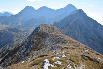Vrh Škrli se nahaja nad Spodnjo Komno in dolino Tolminke. Z vrha je lepo vidi Tolminski Kuk, Krn, pa tudi sosednja Bogatin in Mahavšček.
