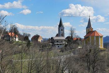 Zaselek Žusem ima dve cerkvi na razglednem slemenu od katerih je ena posvečena svetemu Valentinu, zavetniku zaljubljencev, in po katerem je Stolp ljubezni dobil svoje ime.