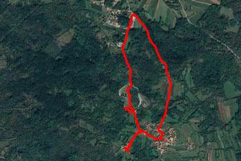 Proti Debeli griži se odpravimo iz kraške vasice Volčji grad.